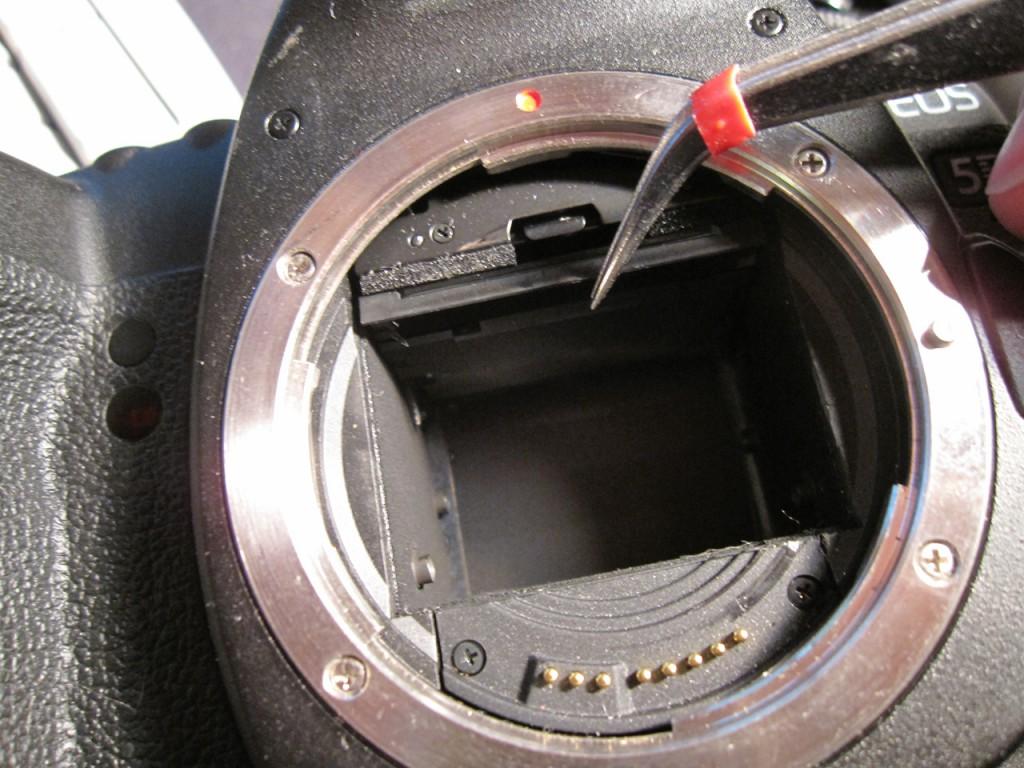 фокусировочный экран в момент съемки закрыт зеркалом