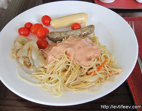 """завтрак почти """"по-ирландски""""  2 типа сарделек, помидоры-черри, соус """"тысяча островов"""", спагетти, дамплинг китайский"""
