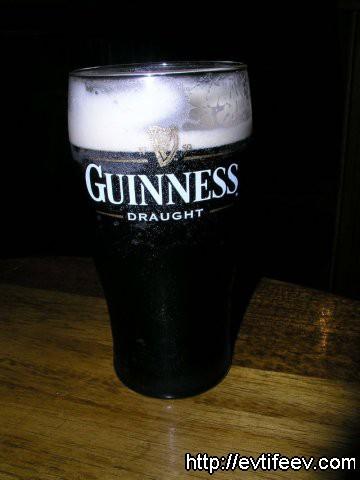 пиво Гиннесс в Ирландском пабе