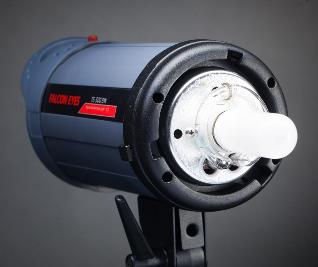 Обзор студийной вспышки Falcon Eyes TE-300BW