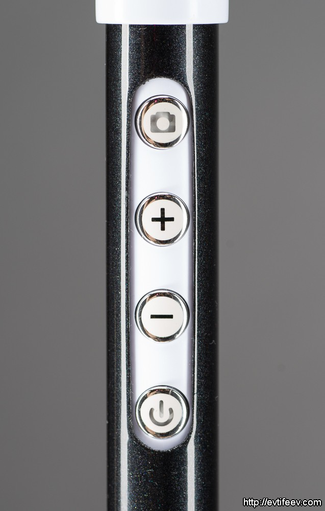 На рукоятке находятся аж четыре кнопки управления