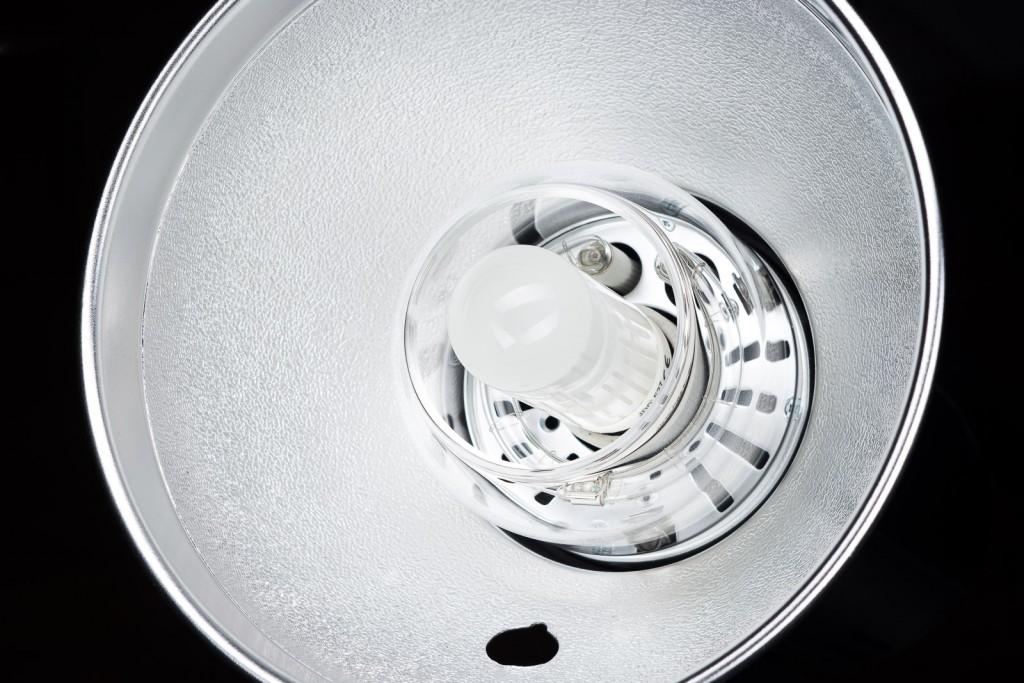 Рефлектор, который входит в комплект имеет отверстие для крепления зонта, зажимается он в уже знакомом по другим моноблокам месте крепления на стойку.