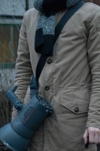 В комплекте вы найдете удобный наплечный ремень, который соединяется резьбой со специальным выступом на моноблоке. Моделью выступал мой компаньон, ибо на моей черной куртке ремень сливался воедино.