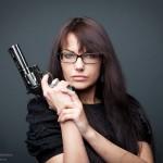 модель Оля, девушка с пистолетом